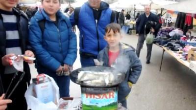 Semt pazarında öğrencilere ücretsiz balık ikramı