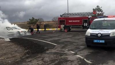 Seyir halinde alev alan aracı itfaiye ekipleri söndürdü