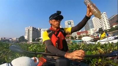 Tayland'da çevreciler nehirde kürek çekerek çöp topluyor