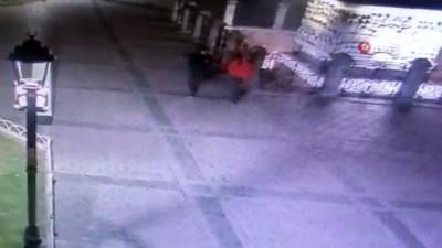 İran uyruklu hırsızlar turistin çantasını boşalttı...Şüpheli şahıslar kamerada