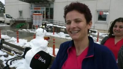 Böyle olur sağlıkçıların kardan adamı...Hastane bahçesinde kardan gebe kadın yaptılar