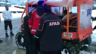 Kar yolları kapadı, hasta paletli araçla kurtarıldı