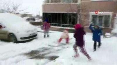 Kırşehir'de çocuklar karın keyfini poşetlerle kayarak çıkardı