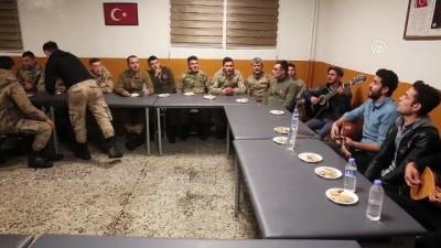Van'da müzik grubundan Mehmetçik'e moral etkinliği