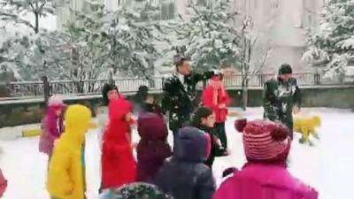 Kaymakamın çocuklarla kar topu keyfi - GÜMÜŞHANE
