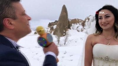Kapadokya'da eksi 10 derece gelin damat fotoğrafı çektirdiler