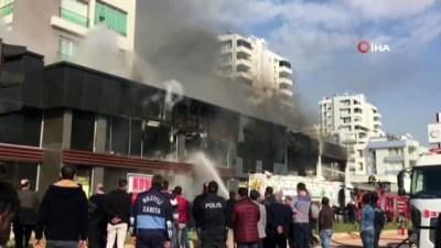 Mersin'de apartmanın altındaki dükkanda çıkan yangın korkuttu