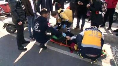 Motosikletiyle çarptığı yaşlı kadını ambulansa taşıdı