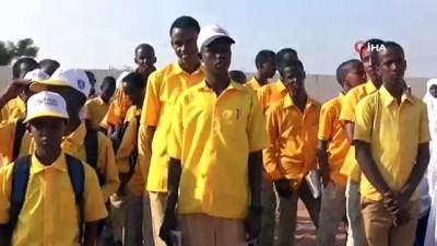 Somalili Çocuk, Televizyonda Sadece Bir Kez Gördüğü Uçağın Maketini Yaptı