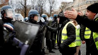 | Fransa'da eylemcilerin arasına karışan 'sarı yelekli' polisler iddiası