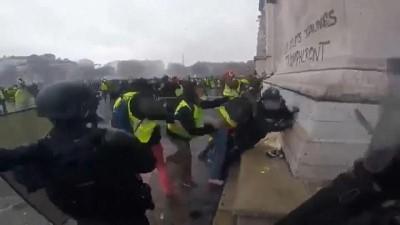 polis kamerasi -  | Sarı Yelekliler'in güvenlik güçlerine saldırı anı polis kamerasında