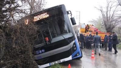 Halk otobüsü kanala düştü: 1 yaralı - ELAZIĞ