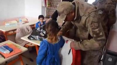 Mehmetçik'ten köy çocuklarını ısıtan kampanya - AĞRI