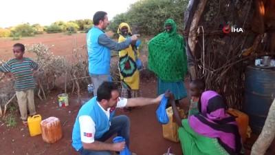 multeci kampi -  - Deniz Feneri'nden Somalili mültecilere yardım  - Dernek, kıtlık yüzünden göç edenlerin oluşturduğu kampta gıda paketi ve kurban eti dağıttı