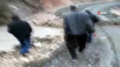 Erdemli'de dereler taştı, köprü çöktü