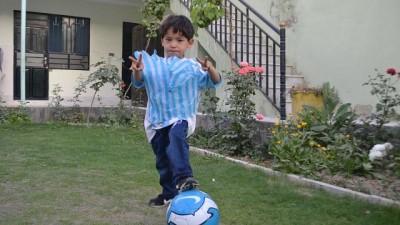 yildiz futbolcu - Video | Messi'den aldığı imzalı formayla Taliban'ın hedefi olan Afgan çocuk evini terk etti