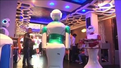 Güney Asya'nın ilk robot garsonlu restoranı hizmette
