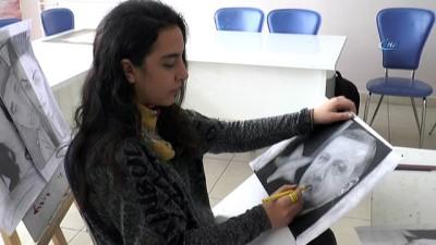 Genç kız karakalem resimleri ile geçimini sağlıyor