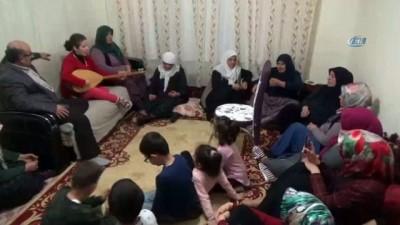 Görme engelli genç kadından Mehmetçiklere türkülü destek