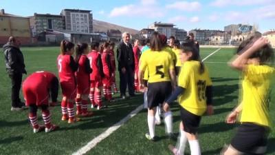 Kız futbolculardan Mehmetçiğe asker selamı