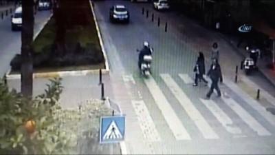 Motosikletle tek teker şovunda faciadan dönüldü... Motosiklet anne ve çocuğuna böyle çarptı