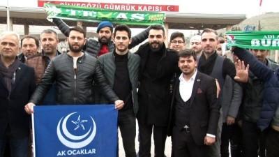 Mehmetçiğe sınırda bayraklı destek