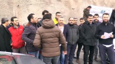 Sıfır aldıkları arabalarının hatalı çıktığını iddia eden sürücüler fabrika önünde eylem yaptılar