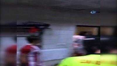 Maç olaylı bitti... Futbolcular ve taraftarlar, futbolculara saldırdı