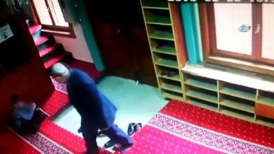 Camiye giren 2 çocuk namaz vakti camiyi soymaya çalıştı...O anlar kamerada