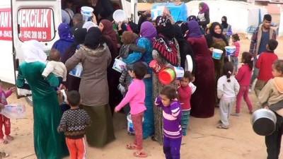 Çadırlarda yaşayan Suriyeli sığınmacılara sıcak yemek dağıtıldı
