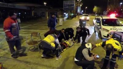 Kadıköy'de otomobil park halindeki otobüse çarptı: 2 yaralı - İSTANBUL