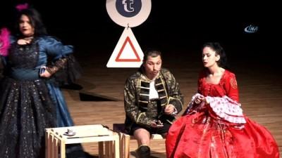 Sevgililer Günü'nde çiftler 'Twitter fenomeni Romeo ve İnsta Girl Juliet' oyununu izledi