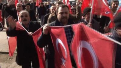 Gönüllü askerlik için başvuru yapan mahalleliyi Albay karşıladı