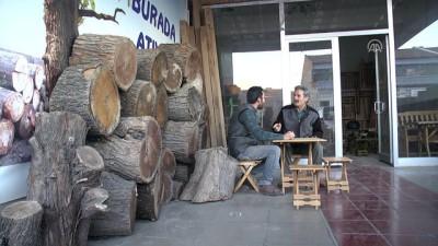 Turistik bölgelerin ahşap tabureleri baba ve oğlundan - AKSARAY