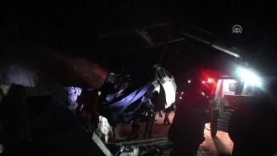 İstinat duvarına çarpan otomobil alev aldı: 5 ölü (2) - TOKAT