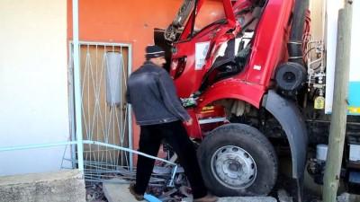 Otomobille çarpışan çöp kamyonu eve girdi: 3 yaralı - ANTALYA