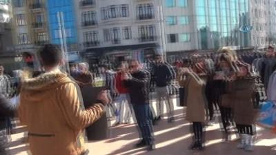 """Taksim'de 2 kişilik """"çocuk istismarı"""" eylemi"""