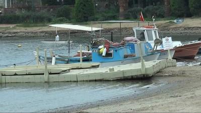 Deniz çekildi balıkçı tekneleri karaya oturdu