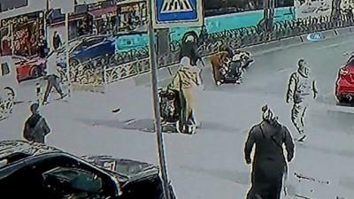 Moto kurye, içinde 2 çocuğun bulunduğu bebek arabasına böyle çarptı