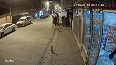 Karton toplayan hırsızların rögar kapağını çalma anları güvenlik kamerasına yansıdı
