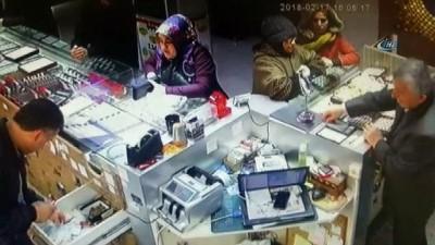 Pendik'te kuyumcuyu sahte bilezikle dolandıran iki kadın, kameralara yakalandı