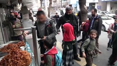 Polislerden çocuklara tatlı ikramı - DİYARBAKIR