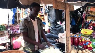 Senegalli pazarcılardan doğranmış soğan hizmeti - DAKAR