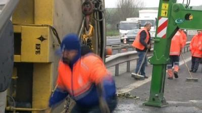 TEM'de çöp kamyonu devrildi, trafik kilitlendi