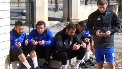maneviyat - Trafik Kazasında hayatını kaybeden futbolcular mezarları başında anıldı