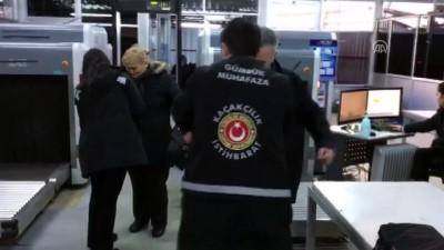 Kıyafetlerine sakladıkları kaçak kol saatleriyle yakalandılar - ARTVİN