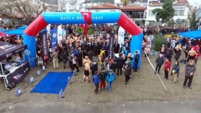 Kış ortasında 500 kişi Datça'da yüzdü