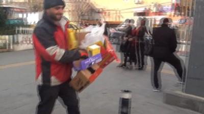 Ekmeklerini yeraltı çöp konteynerinden çıkarttılar