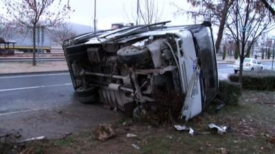 7 araç birbirine girdi, 1 minibüs devrildi: 2 yaralı
