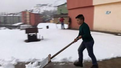 Kar yağışı kimilerine eğlence, kimilerine ekmek kapısı oldu